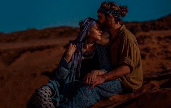 pareja de noche en el desierto