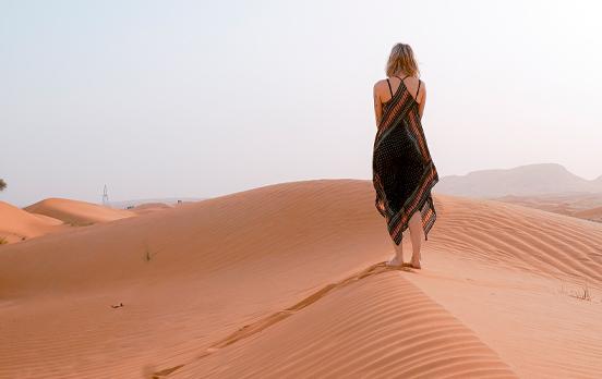 chica sola y andando en las dunas del desierto