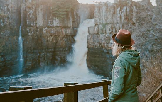 chica de espaldas en una cascada