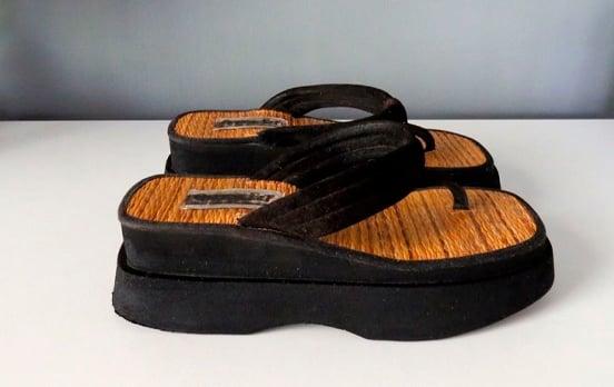 zapatos de plataforma negra con plantilla de esparto